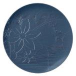 Flores azules en un fondo azul platos para fiestas