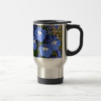 Flores azules hermosas del delphinium taza