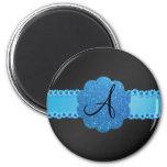 Flores azules negras del monograma imán
