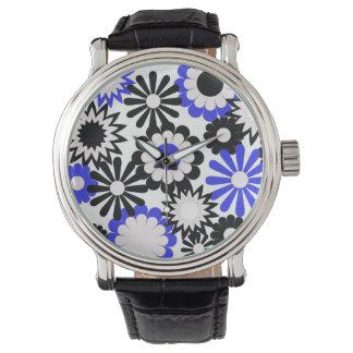 Flores azules y negras en un reloj negro