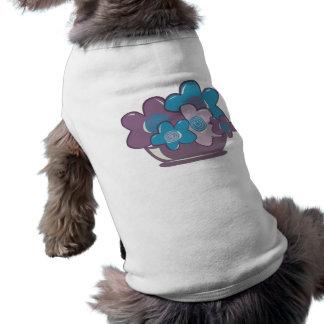 Flores azules y púrpuras camisetas de perro