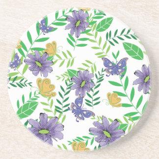 Flores azules y púrpuras con las mariposas posavaso para bebida