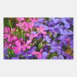 Flores azules y púrpuras pegatina rectangular