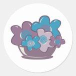Flores azules y púrpuras pegatina redonda