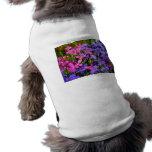 Flores azules y púrpuras prenda mascota