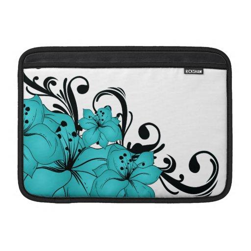 Flores azules y volutas negras en blanco funda  MacBook