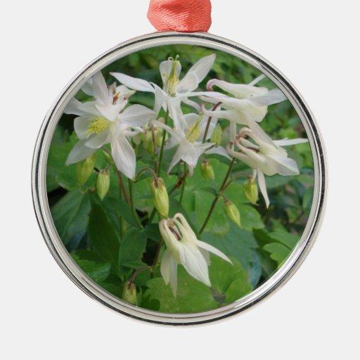 flores blancas anaranjadas ornamentos de reyes magos