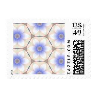Flores blancas azuladas de los pétalos en timbres postales
