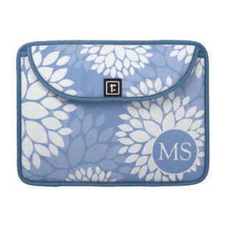 Flores blancas azules del monograma funda para macbook pro