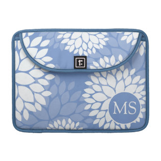 Flores blancas azules del monograma fundas para macbooks