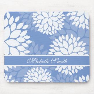 Flores blancas azules del monograma tapetes de ratones