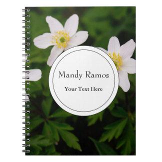 Flores blancas de la anémona de madera, foto libros de apuntes