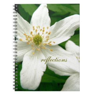 Flores blancas de la anémona libreta espiral