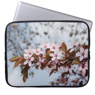 Flores blancas de la cereza en jardín de la primav manga portátil