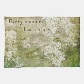 Flores blancas de la cita de la historia del toallas de cocina