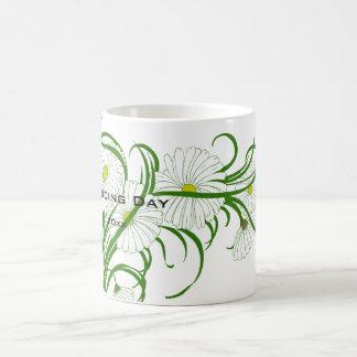 Flores blancas de la margarita de Gerber del vinta Taza