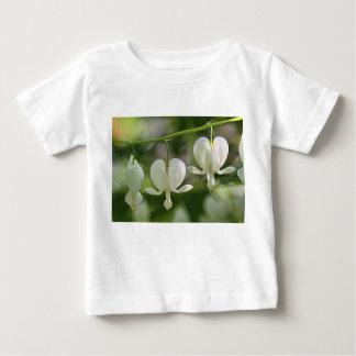 Flores blancas de los corazones sangrantes polera