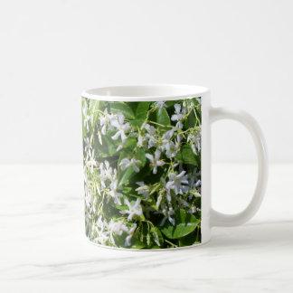 Flores blancas del jazmín taza clásica