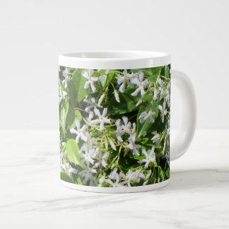 Flores blancas del jazmín taza grande