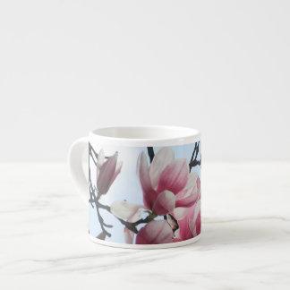 Flores blancas del rosa del árbol de tulipán de la taza espresso