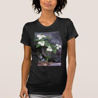 flores blancas del Trillium Camisetas