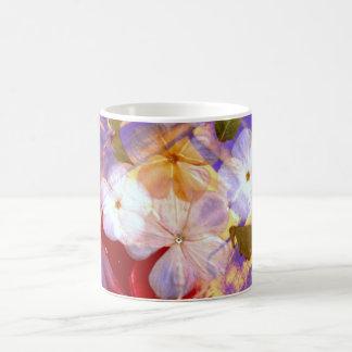 Flores blancas delicadas té o taza de café