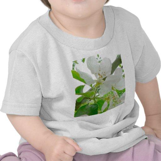Flores blancas en árbol camiseta