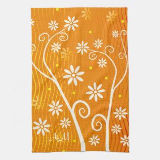 Flores blancas en el naranja con las iniciales Kit Toallas De Cocina