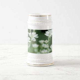 flores blancas frescas del jardín del verano tazas de café