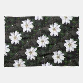 Flores blancas hermosas del Clematis Toallas De Cocina