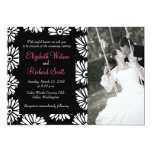 Flores blancas negras enrrolladas que casan la anuncio personalizado
