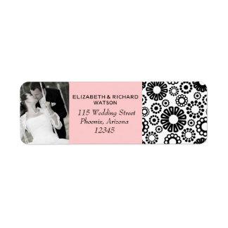Flores blancas negras retras que casan la etiqueta etiqueta de remite