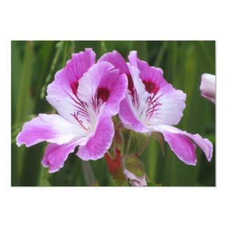 """Flores blancas púrpuras de la petunia invitación 5"""" x 7"""""""