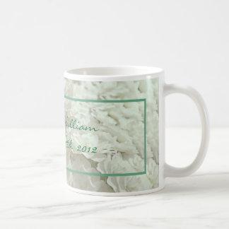 Flores blancas que casan la taza del recuerdo