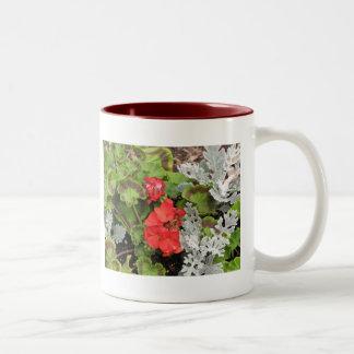 Flores blancas rojas de n taza de café