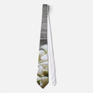 Flores blancas rústicas que casan el lazo corbatas