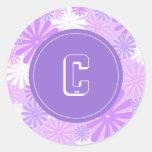 """Flores blancas violetas con el monograma de """"C"""" Pegatina Redonda"""