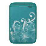 Flores blancas y volutas en azul funda para macbook air