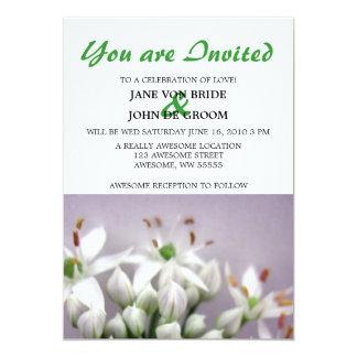 """Flores blancos de la cebolleta de ajo en púrpura invitación 5"""" x 7"""""""
