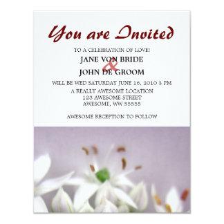 """Flores blancos de la cebolleta de ajo en púrpura invitación 4.25"""" x 5.5"""""""