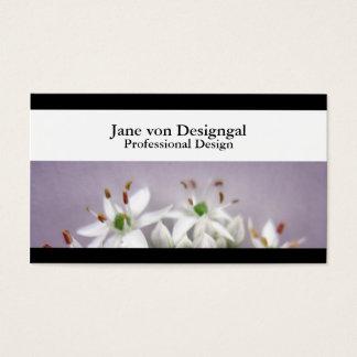 Flores blancos de la cebolleta de ajo en púrpura tarjeta de negocios