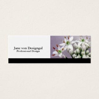 Flores blancos de la cebolleta de ajo en púrpura tarjeta de visita pequeña