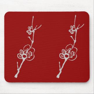 Flores blancos del ciruelo en Mousepad rojo