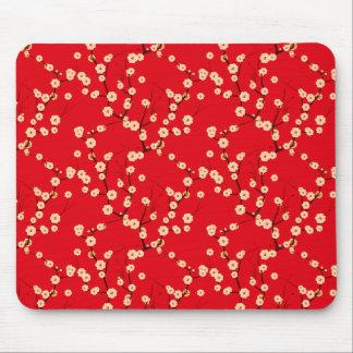 Flores blancos en rojo tapete de ratones