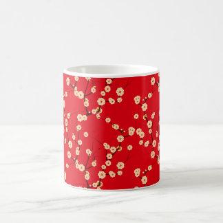 Flores blancos en rojo taza básica blanca