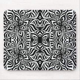 Flores blancos y negros del fractal de la tinta tapetes de ratones