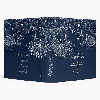 Flores bosquejadas blancas en álbum del boda de la
