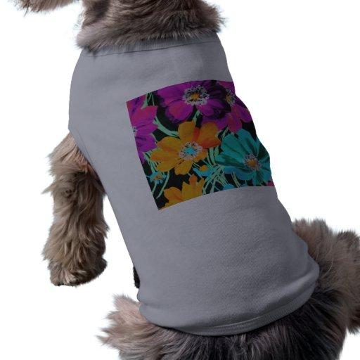 Flores brillantes en negro camisa de mascota