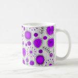 Flores caprichosas en púrpura y blanco tazas