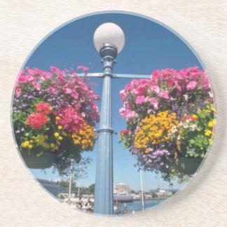 Flores colgantes rosadas, flores de Victoria Posavasos Diseño